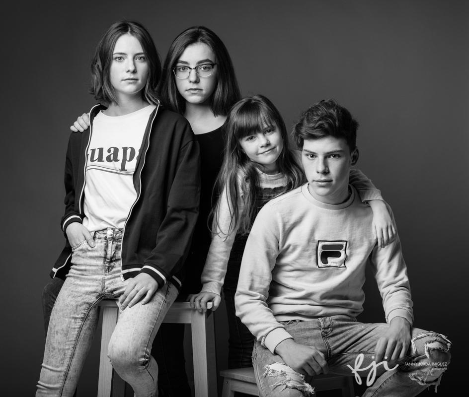 Portrait frère et soeurs en studio, en noir et blanc
