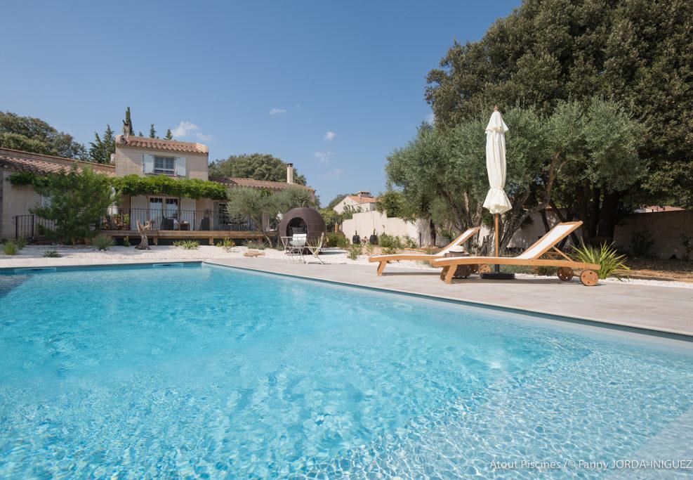 Une belle piscine dans un village proche du Pont du Gard